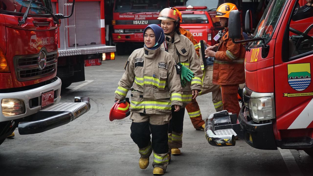 Mengenal Srikandi Damkar Bandung, Perempuan Tangguh Penjinak Kebakaran